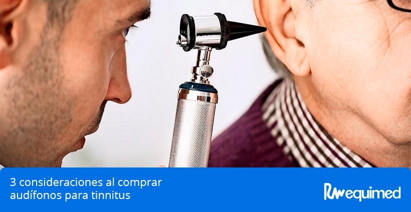 audiometrista realizando examen por audifonos para tinnitus
