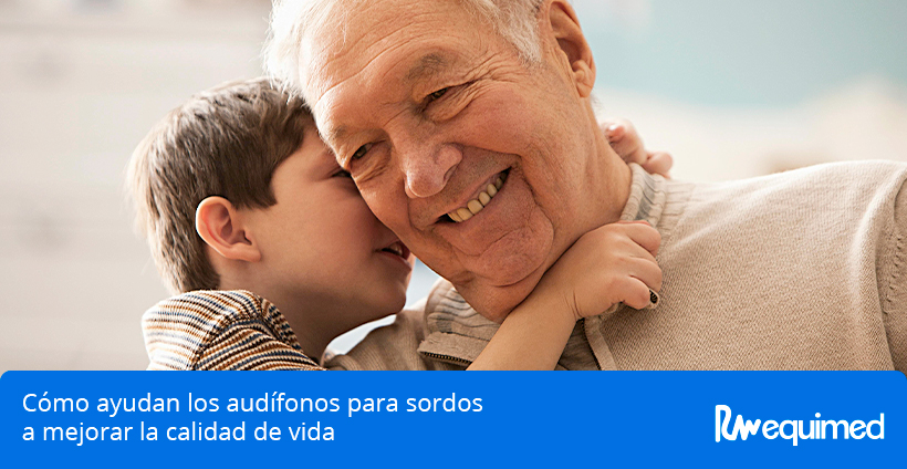 abuelo oyendo a nieto con audifonos para sordos
