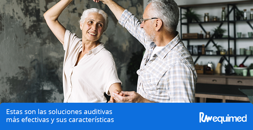 pareja de ancianos felices al hallar soluciones auditivas